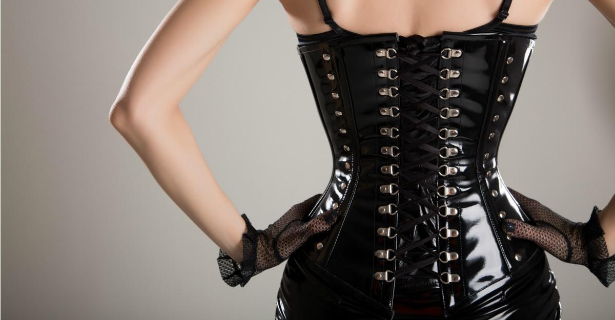 Cum purtam corsetul peste haine