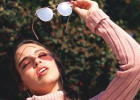 De ce și cum să porți ochelari de soare iarna: cu ce accesorii să îi combini