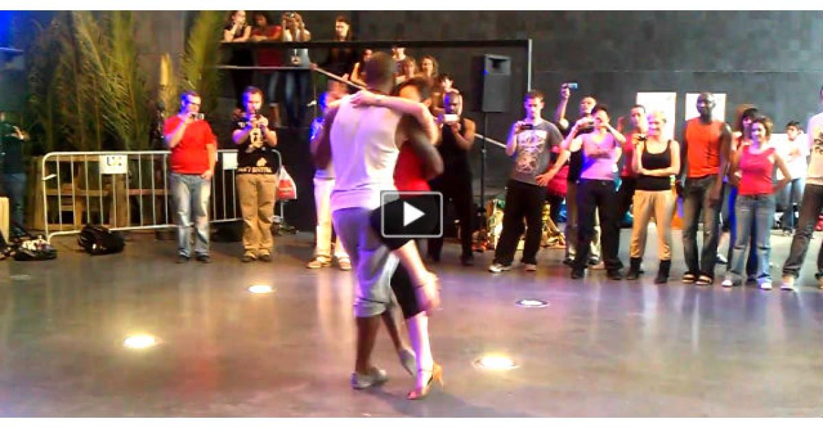 Video: Au intrat pe ring si au inceput sa danseze. Imediat toti s-au indepartat si au inceput sa ii filmeze