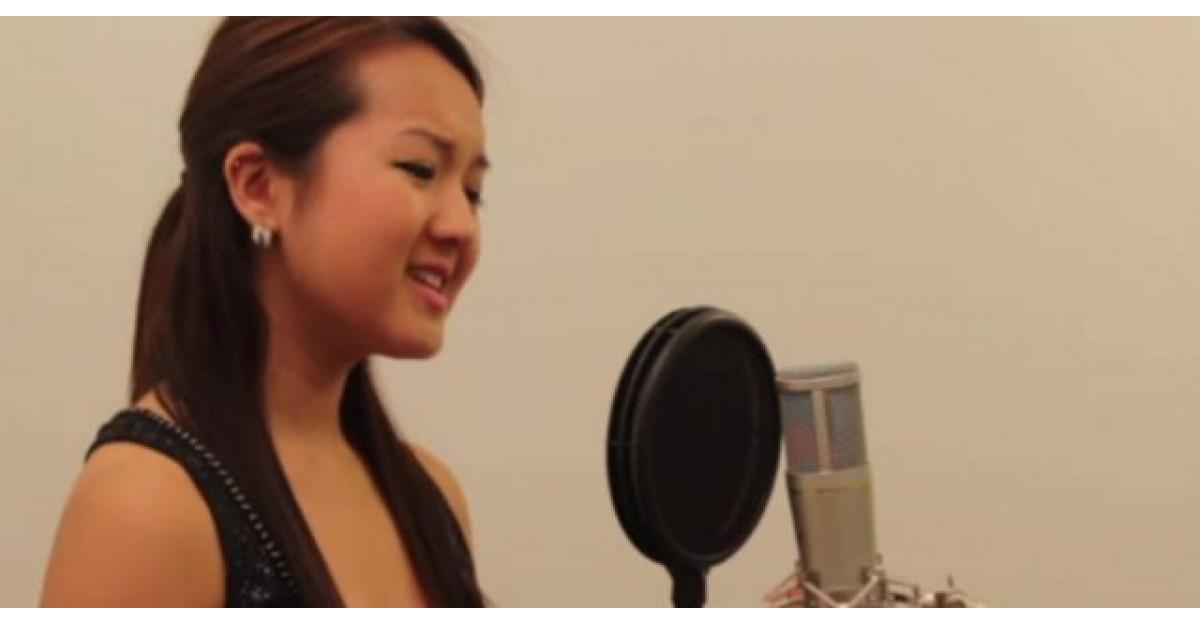 Video: Aceasta tanara incepe sa cante. Dupa un minut cineva i se alaturi. Am pielea de gaina