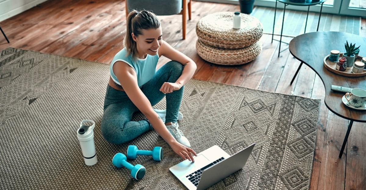 4 rutine relaxante de yoga pe care le poti face acasa, urmarind clipuri pe YouTube