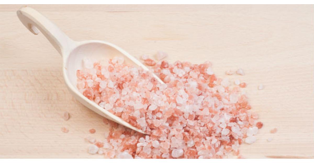 Motive uluitoare pentru care vei vrea sa bei zilnic cate un pahar de apa cu sare de mare
