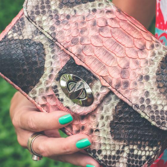 Geanta din imitație de piele de reptilă rămâne încă la modă