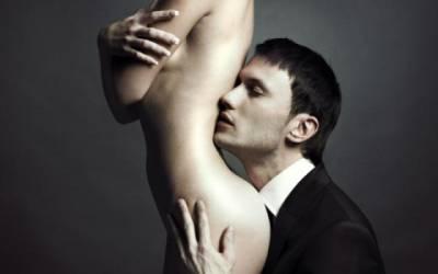 sărută delicat penisul pompa de vid pentru a crește erecția