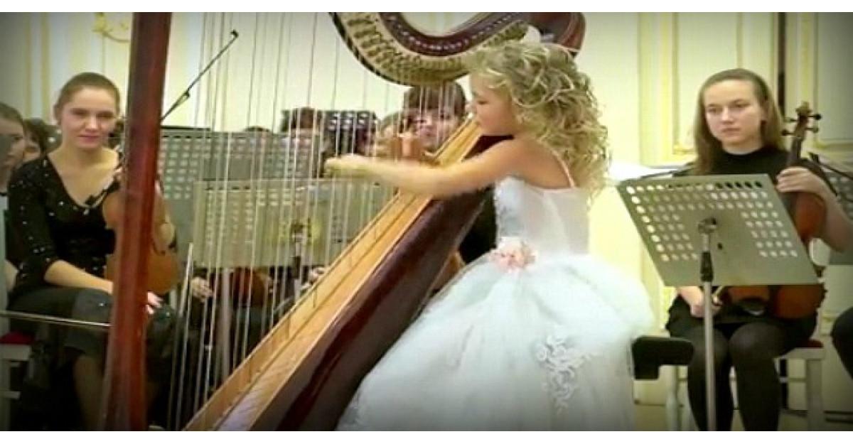 Acest ingeras in alb s-a asezat la harpa. Acum uite ce se intampla cand incepe sa cante
