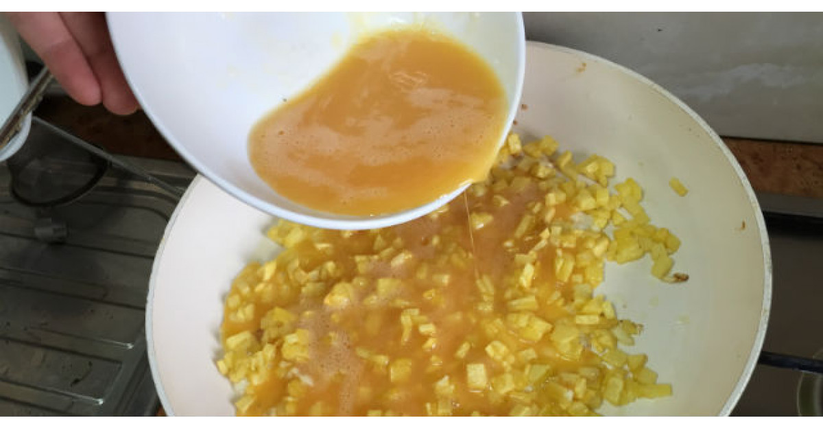 Adauga ouale batute peste cartofii cubulete din tigaie. Ce face apoi? DELICIOS