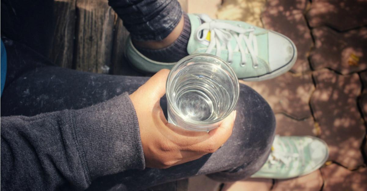 Motive sa bei apa calda in mod regulat