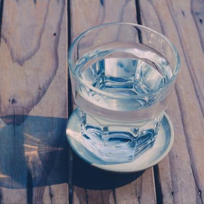 Motivul pentru care nu este bine sa bei apa in timp ce mananci
