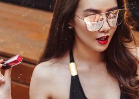 Ruj roșu lucios și cremos pentru volum al buzelor, potrivit la orice ținută