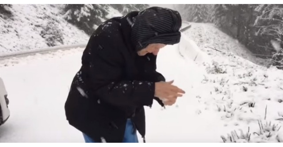 Acest barbat si-a filmat mama facand ASTA. Batranica are 101 ani!