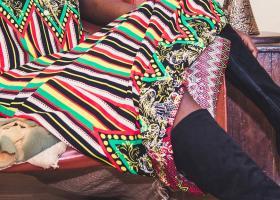 Rochiile Hippie cu motive etnice - ideale cu haine de blană în ținute de iarnă