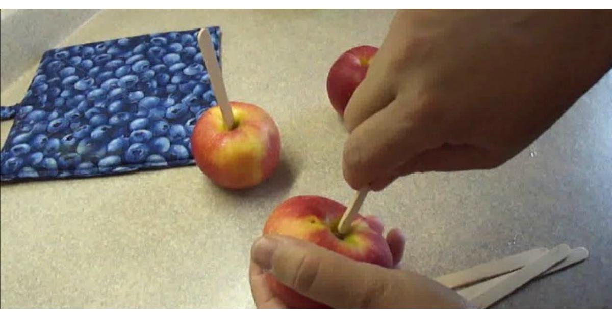Video: Infige betisoarele direct in mere. Ce urmeaza? Copiii vor fi innebuniti dupa aceasta reteta