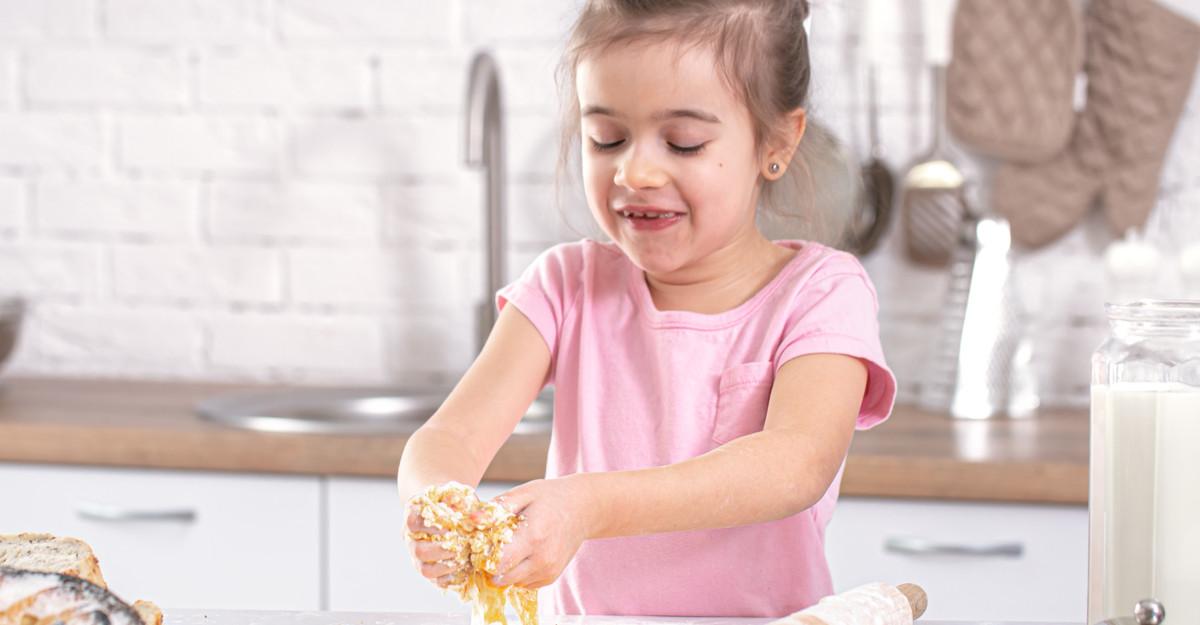 Copilul tău gătește? Oferă-i o bucătărie completă pentru copii