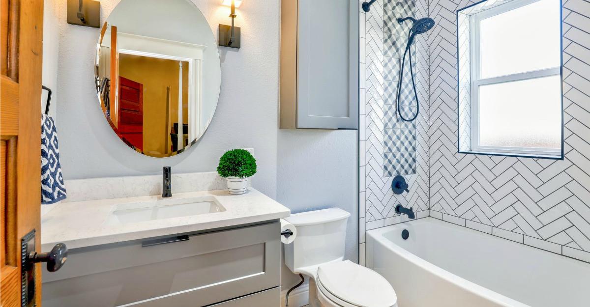 Cum creezi impresia de spaţiu generos într-o baie mică