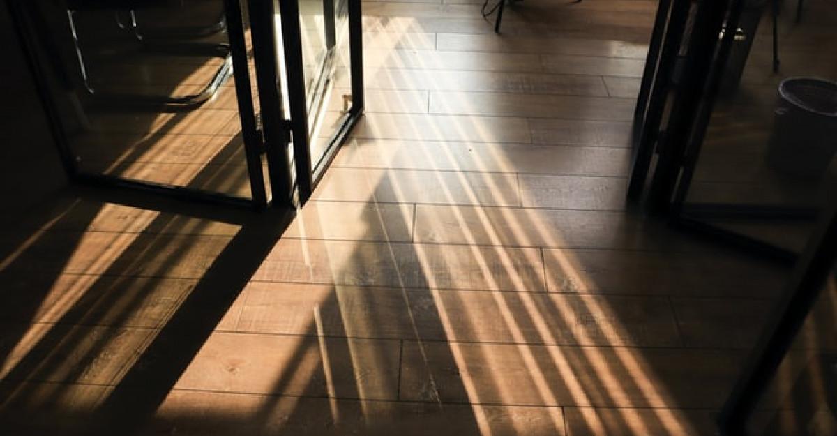 Ce este o podea flotantă și care este utilitatea acesteia într-un spațiu?