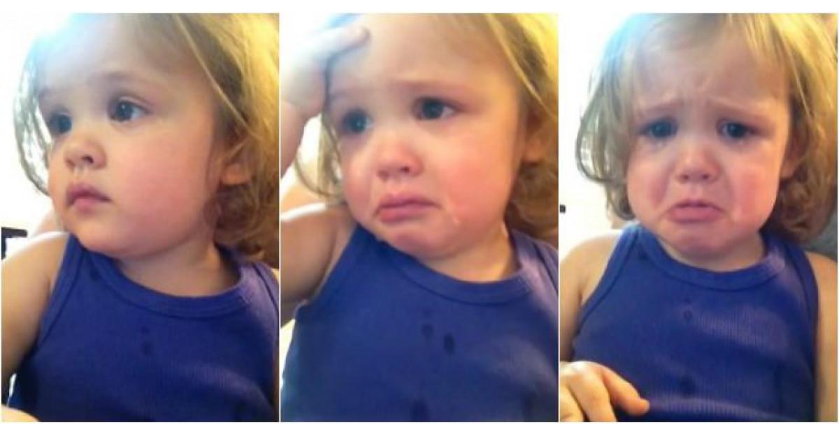 Video: Aceasta fetita se uita la clipul de nunta al parintilor. Reactia ei? Mi-au dat lacrimile