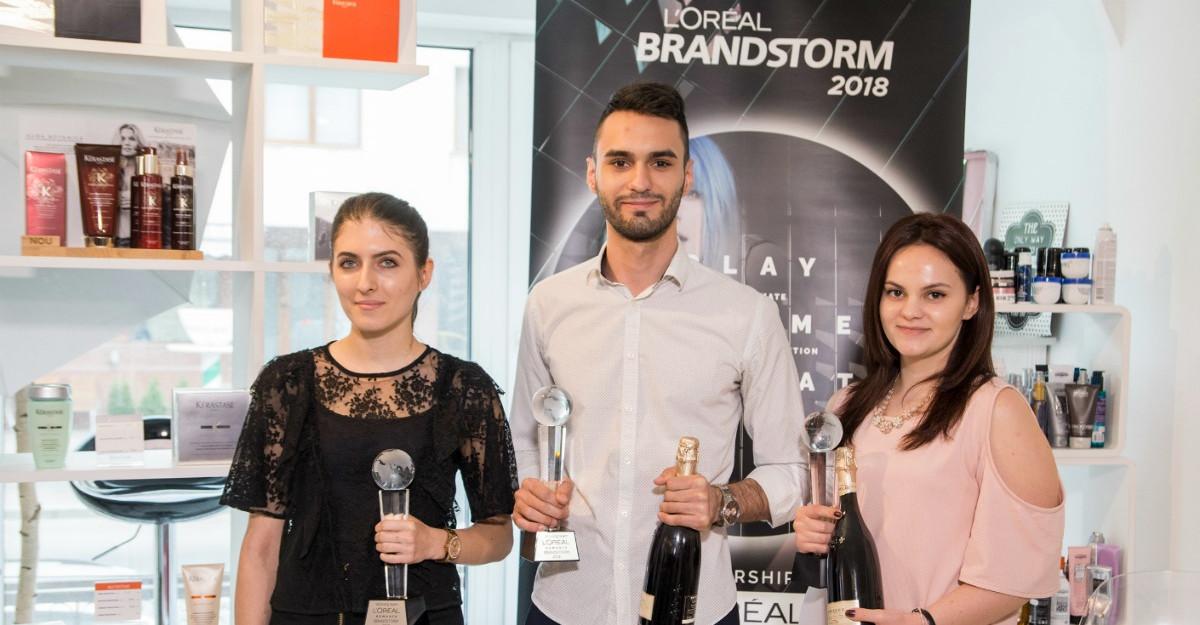 Studenții români vor să reinventeze piața saloanelor de coafură cu o imprimantă pentru păr