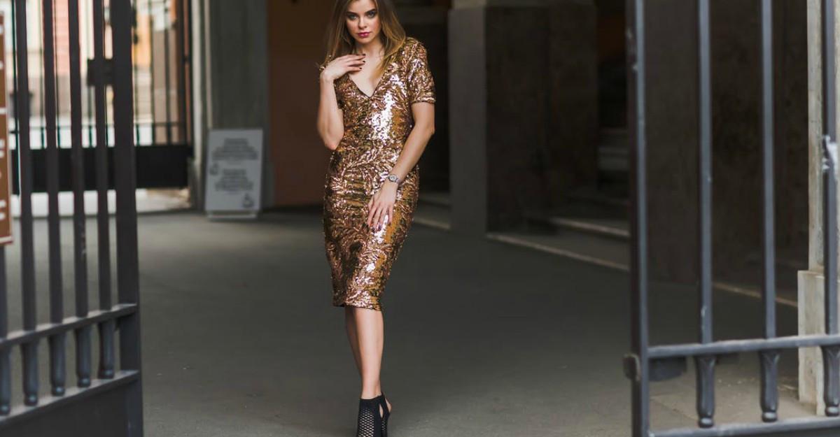 Cu ce pantofi să porți rochia aurie: 4 sugestii irezistibile