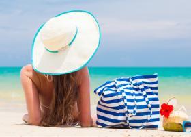 4 lucruri care nu trebuie sa iti lipseasca din geanta de plaja!