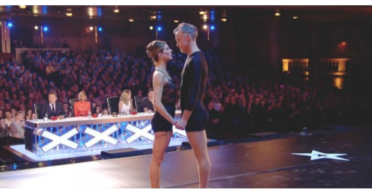 Acesti dansatori urca pe scena. Acum iata ce se intampla