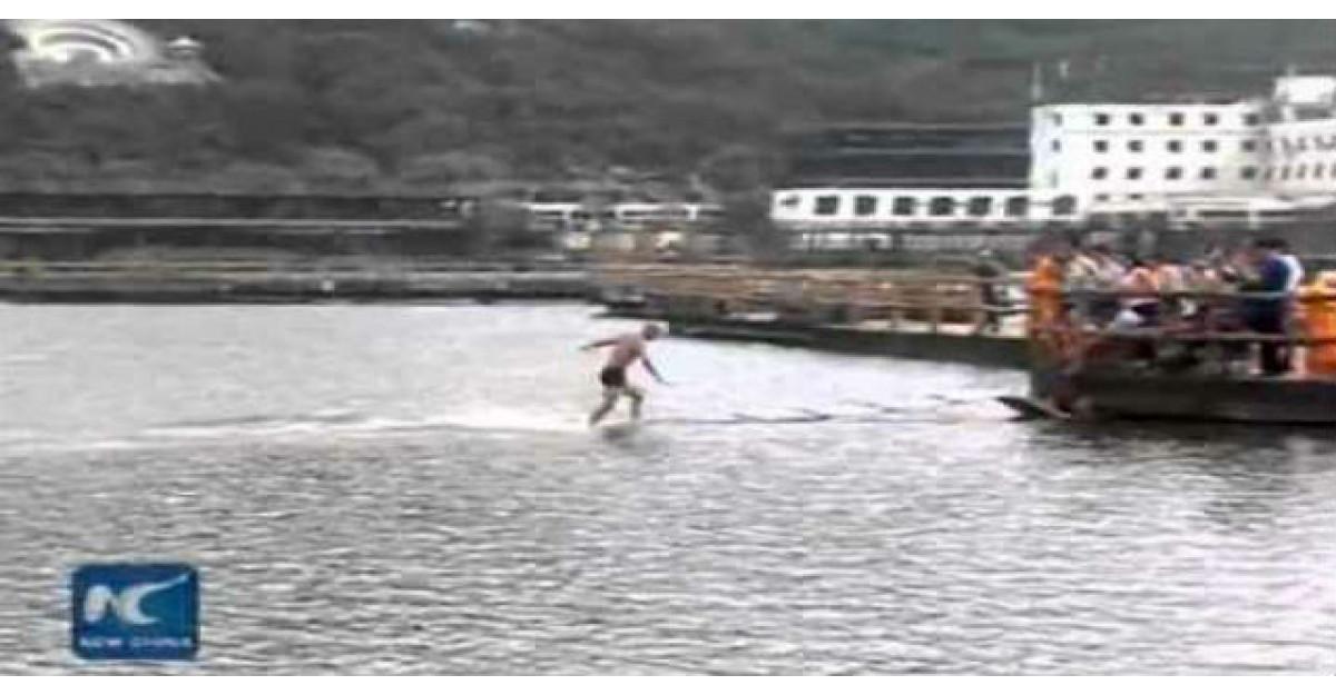 Video INCREDIBIL: Calugarul care a mers pe apa 125 de metri