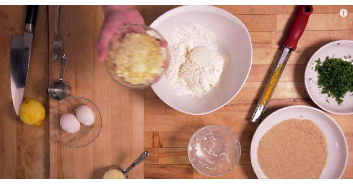 Video: Adauga un bol intreg de usturoi maruntit peste faina. Doua minute mai tarziu? DELICIOS