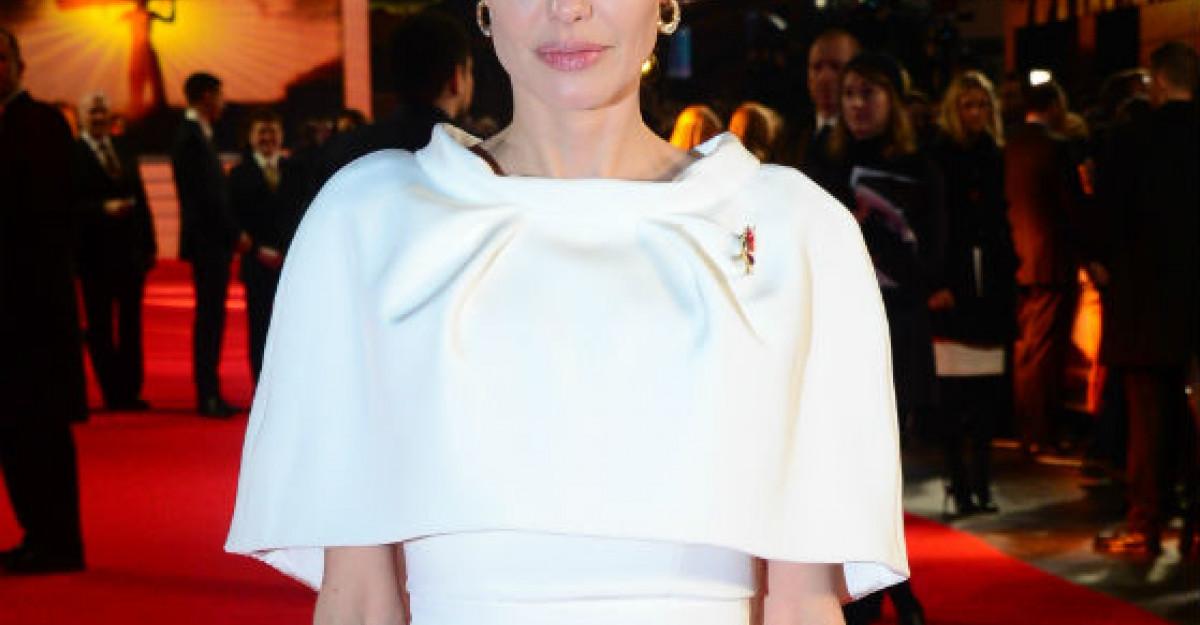 Foto: Angelina Jolie, o doamna in toata regula... dar cu fata distrusa din cauza operatiilor estetice