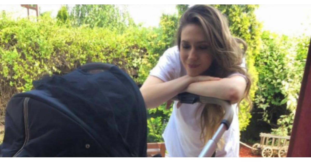 Adela Popescu, in razboi cu fanii din cauza unei poze cu bebelusul ei