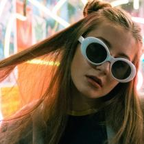 Ochelarii de soare cu rame cat-eye exagerate: modele tip piese-cheie de sezon