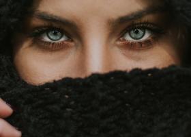 Căciulile tip cagulă pentru femei sunt călduroase și la modă iarna asta!