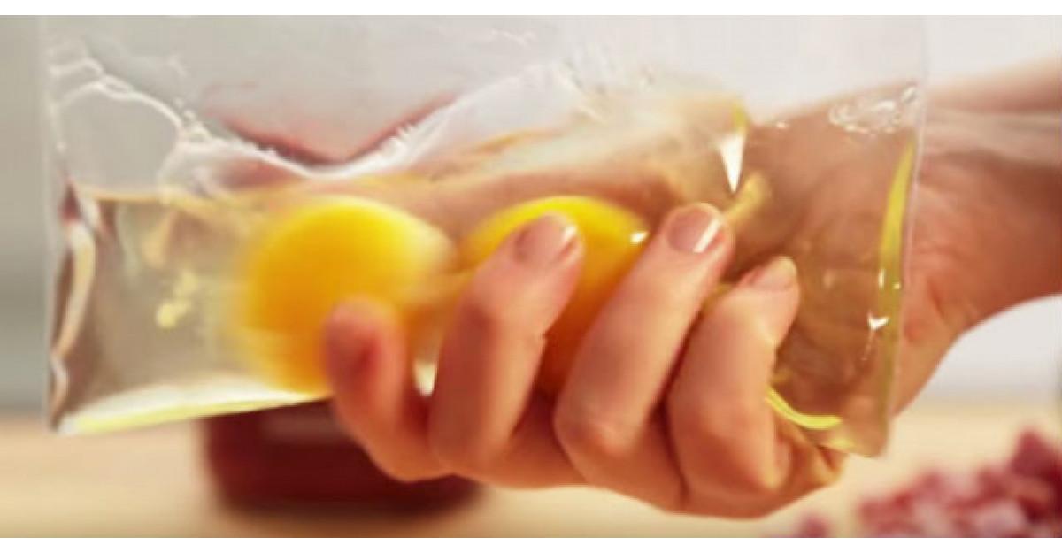 Video: Adauga doua oua intr-o punga de plastic. TREBUIE sa incercam si noi