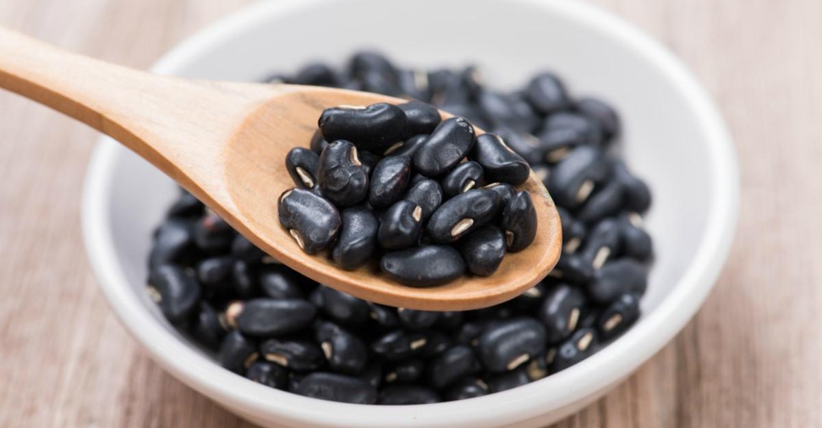 Alimentele negre care fac minuni pentru sănătate. Tu le consumi?