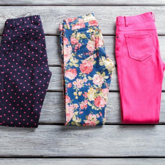 Pantaloni colorati de vara ideali pe timp de canicula