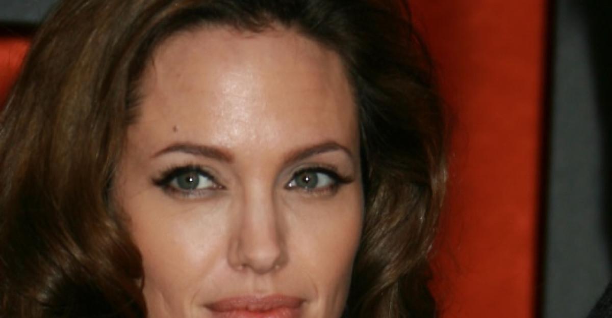 Angelina Jolie si Pamela Anderson vin cu Stirile zilei