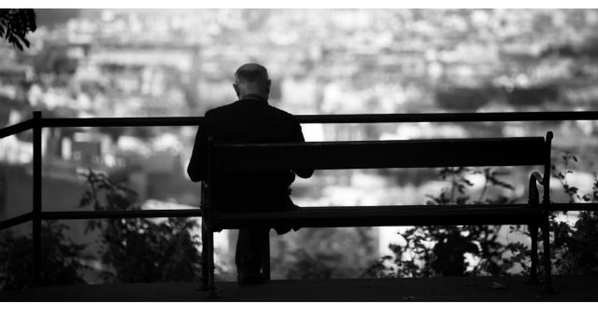 Un tanar statea pe o banca. Langa el s-a asezat un batranel imbracat in alb