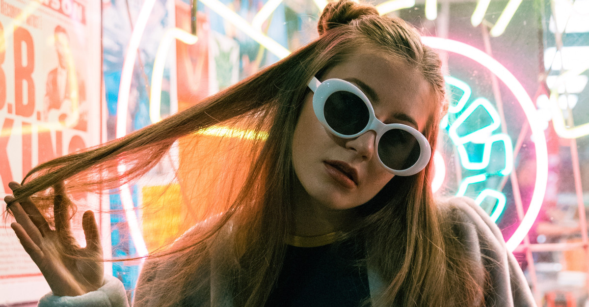 Fii o zeiță retro în iarna asta: poartă ochelarii de soare cu rame cat-eye exagerate!