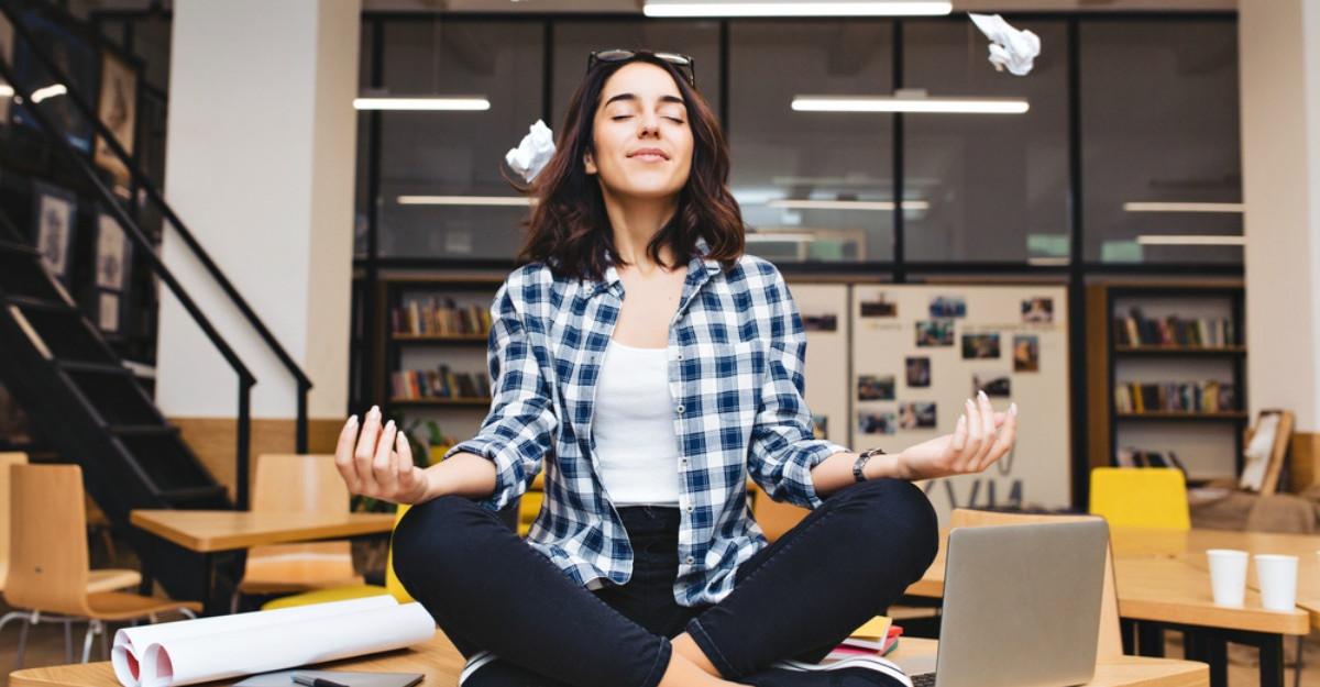 Cum faci meditatie la locul de munca: tehnici care te scapa de stres