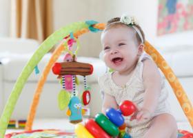 Jucarii pentru bebelusi: jucarii muzicale si carusele pentru patut