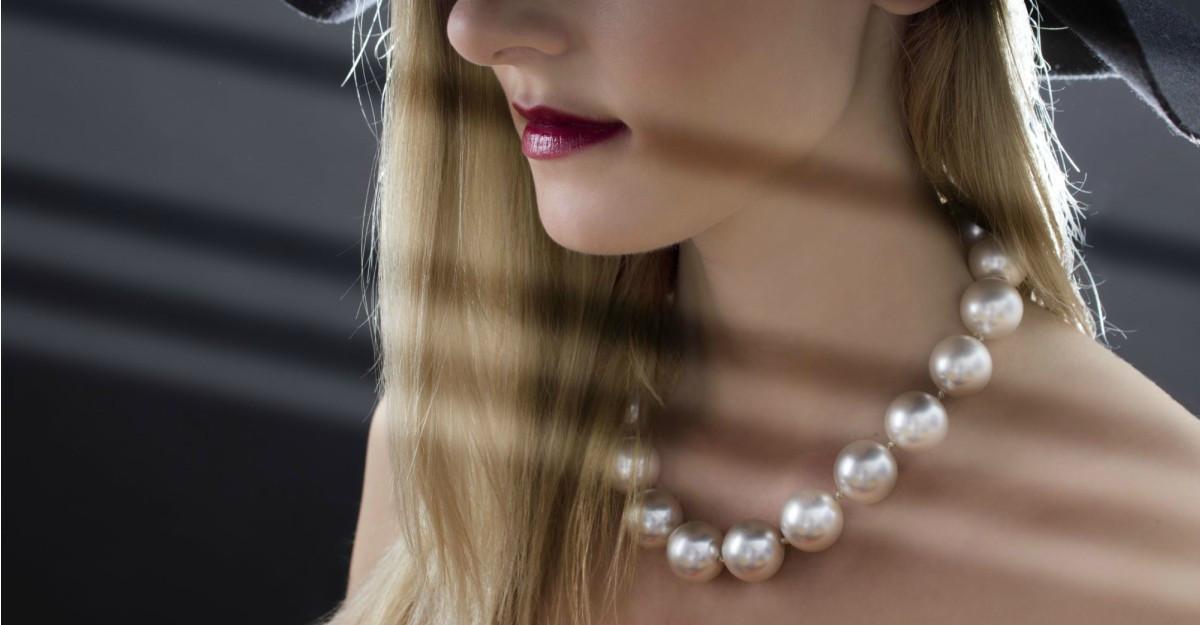 Cum purtăm perlele în ținute casual anul acesta
