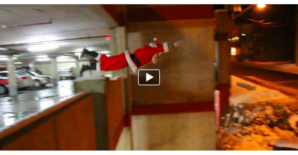 Video: Au auzit un zgomot pe acoperis, dar nu se asteptau sa il gaseasca pe Mos Craciun facand ASTA