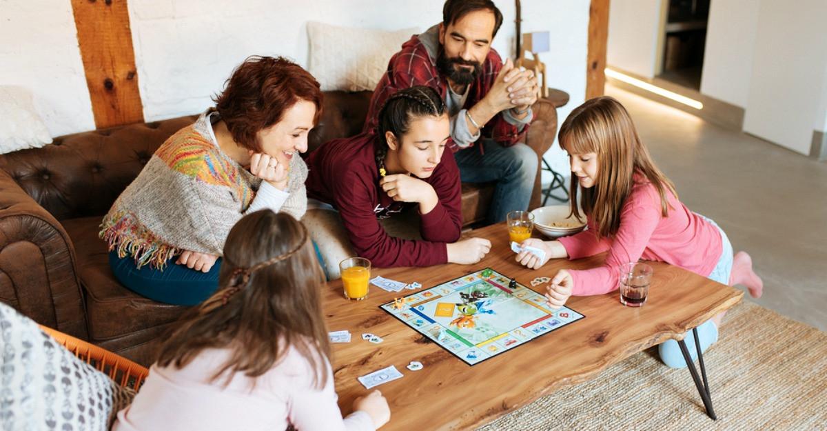 Jocuri de societate pentru copii si intreaga familie: distractie, indemanare si povesti inedite