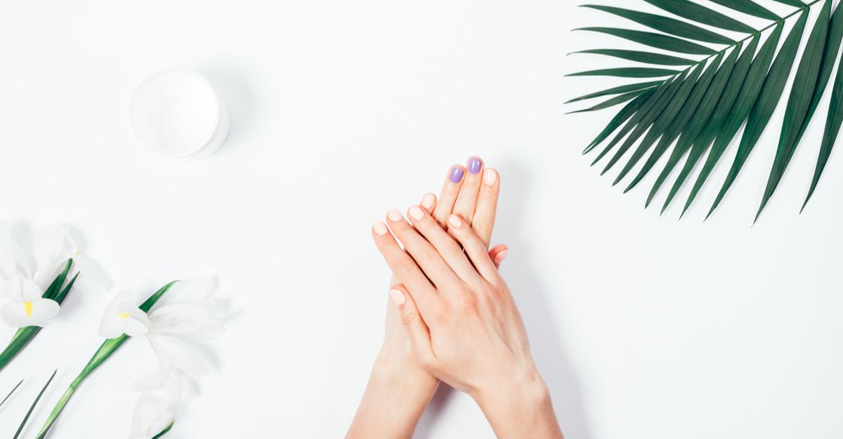 Îngrijirea unghiilor acasă: Oja semipermanentă îți sare în ajutor!