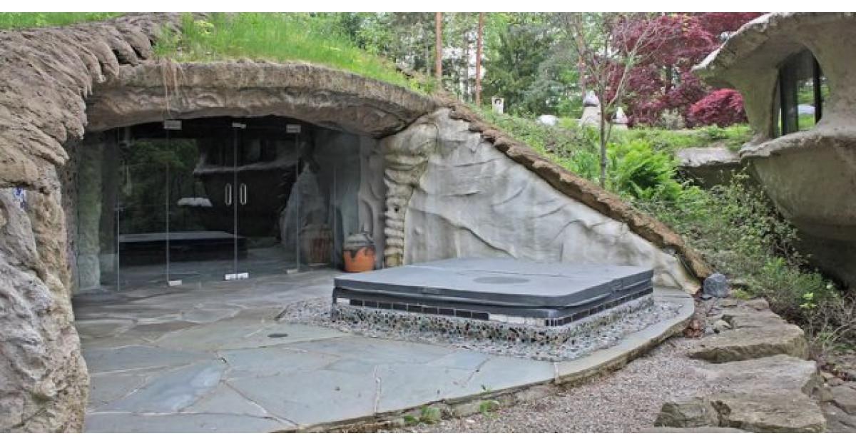 Video: A construit aceasta casuta sub un deal. Asteapta sa vezi cum arata in interior. WOW