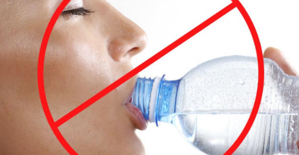 ALARMA: Ce patesti daca bei APA din sticle de PLASTIC