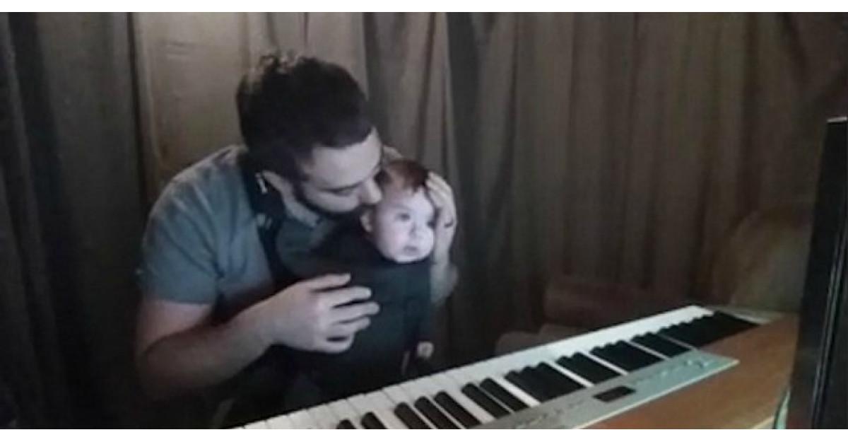 Video: Tatal incepe sa cante. Acum uite cum reactioneaza bebelusul