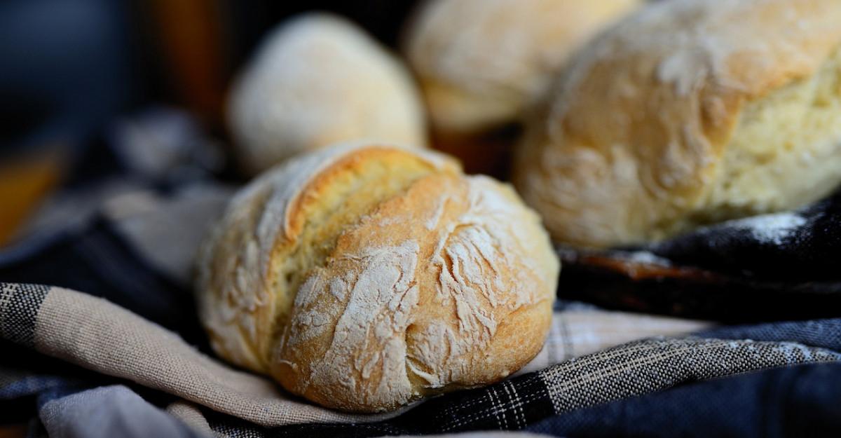 Chifle pufoase cu merisoare si chili, de servit langa camembert la cuptor
