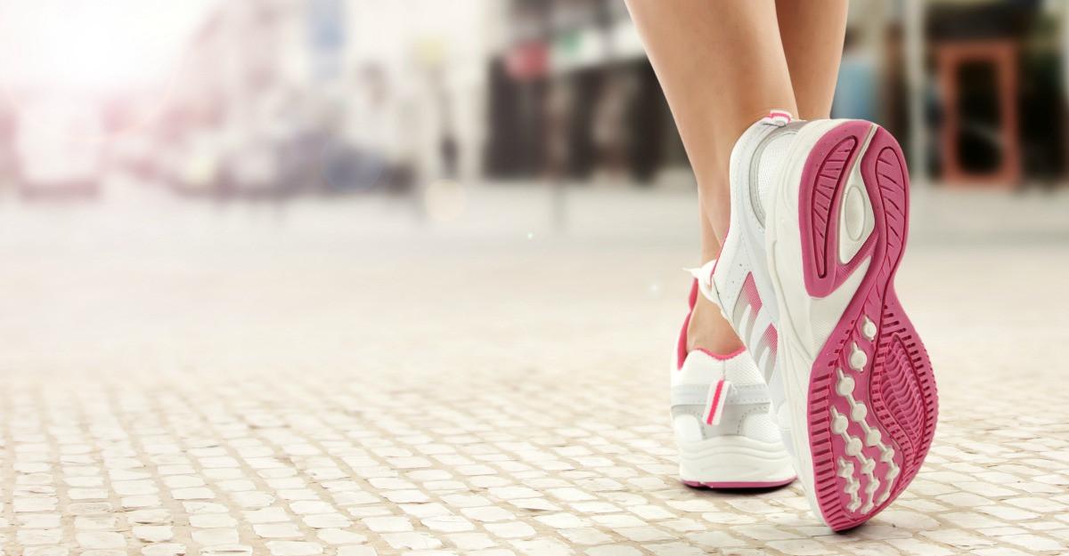 Pantofi sport cu broderii florale: note romantice in tinute casual-sport