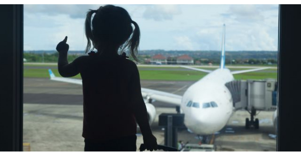 Un barbat s-a asezat langa o fetita in avion. Ce a urmat? Nu pot sa cred!