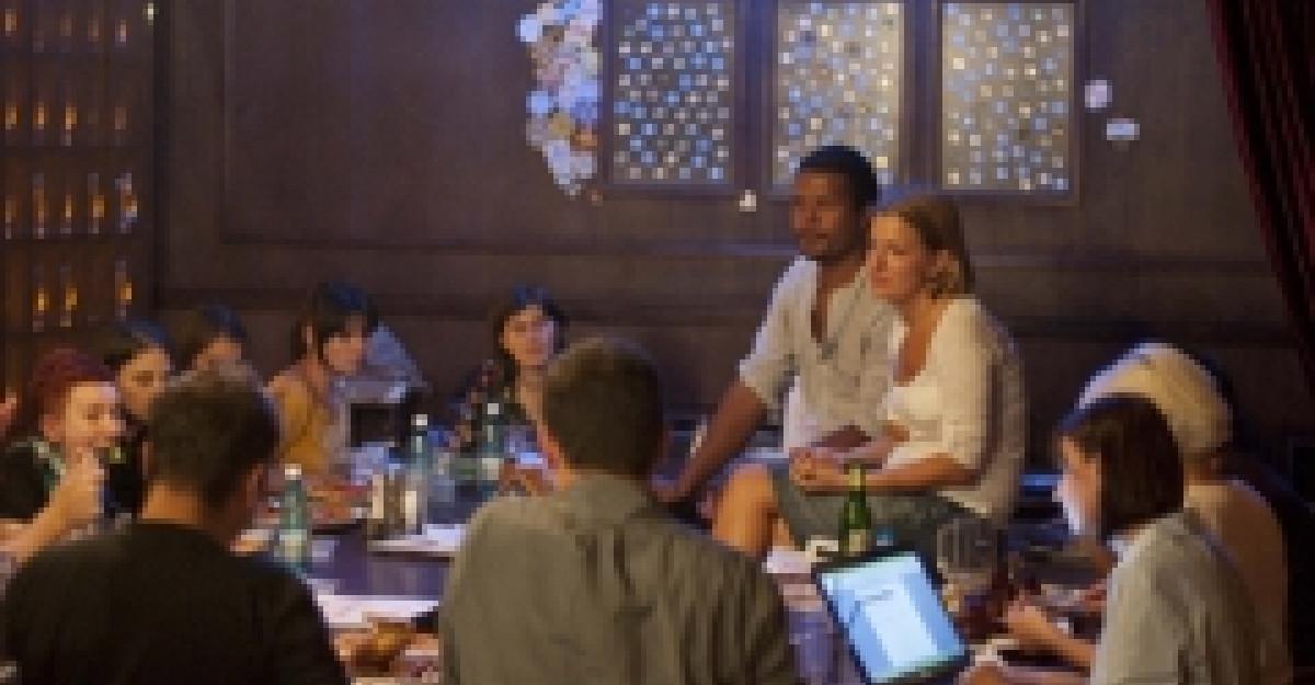 Romanii ies la masa la restaurant pentru a fi serviti si pentru a socializa