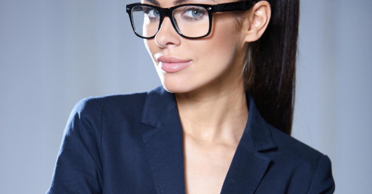 6 trucuri geniale de make-up pentru femeile care poarta ochelari